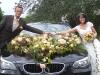 Brautpaar mit autoschmuck
