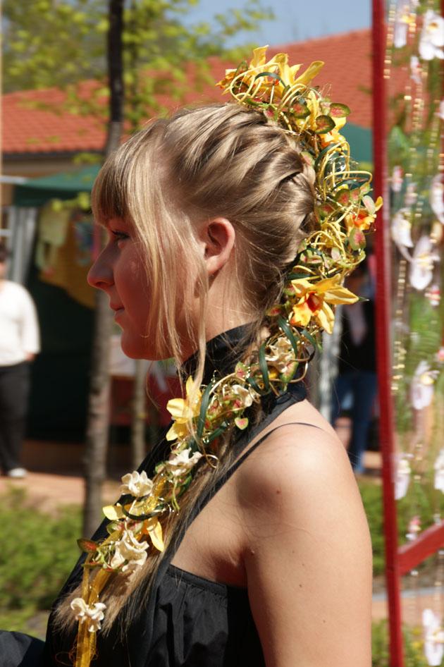 Blumen im Zopf eingeflochten